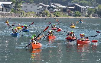 湖上カヤック:力を合わせて1泊2日の旅 高島・マキノ東小 /滋賀 – 毎日新聞