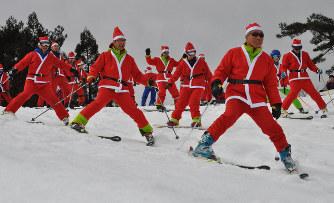 ゲレンデに真っ赤なサンタ30人 スキーやスノボでスイスイ滑降 滋賀・高島 – 毎日新聞