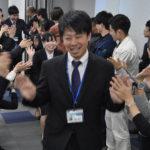 先輩らとハイタッチ 高島市職員新人10人が内定式 /滋賀 – 毎日新聞